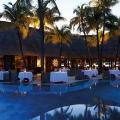Blick am Abend über den Pool ins Restaurant La Goelette im 6-Sterne Hotel Royal Palm Beachcomber auf Mauritius.