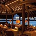 Innenansicht am Abend im Restaurant La Goelette im 6-Sterne Hotel Royal Palm Beachcomber auf Mauritius.