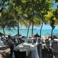 Restaurant Le Bar Plage im 6-Sterne Hotel Royal Palm Beachcomber auf Mauritius mit gedeckten Tischen und Blick in die Blue Bay.