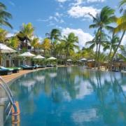Pool und Strand im 6-Sterne Hotel Royal Palm Beachcomber Luxury auf Mauritius.