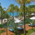 Blick vom Balkon einer Suite auf den Pool und den Strand im 6-Sterne Hotel Royal Palm Beachcomber Luxury auf Mauritius.