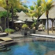Spa Bereich mit Pool und Liegen im 6-Sterne Hotel Royal Palm Beachcomber Luxury auf Mauritius.