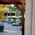 Blick auf die Terrasse des Spabereichs mit Sonnenschirmen und Day-Beds Beachcomber Luxury auf Mauritius.