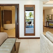 Innenansicht der Tropical Suite im 6-Sterne Hotel Royal Palm Beachcomber Luxury auf Mauritius.