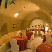 Speisesaal mit Kerzenlicht im 4-Sterne Hotel Heliotopos in Griechenland.