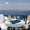 Tisch auf dem Balkon mit Blick auf die Bucht im 4-Sterne Hotel Heliotopos in Griechenland.