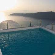 Blick vom Pool in die Bucht im 4-Sterne Hotel Heliotopos in Griechenland.