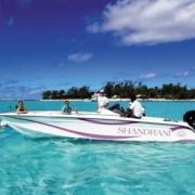 Schnellboot mit Crew in der Bucht vor dem 5-Sterne Hotel Shandrani Beachcomber auf Mauritius.