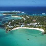 Luftaufnahme auf die Bucht und den Strand des 5-Sterne Hotel Shandrani Beachcomber auf Mauritius.