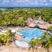 Luftaufnahme mit Blick auf dem Hauptpool und den Garten mit Palmen Strand im 5-Sterne Hotel Shandrani Beachcomber auf Mauritius.