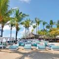 Strand mit Liegen und Daybeds im 5-Sterne Hotel Shandrani Beachcomber auf Mauritius.