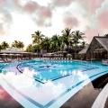 Pool mit Blick auf das Hauptgebaeude im 5-Sterne Hotel Shandrani Beachcomber auf Mauritius.