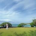 Golfspieler auf dem Green direkt am Strand im 5-Sterne Hotel Shandrani Beachcomber auf Mauritius.