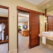 Badezimmer und Blick in das Zimmer im 5-Sterne Hotel Shandrani Beachcomber auf Mauritius.