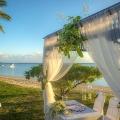 Dekorierter Hochzeitspavillion am Strand im 5-Sterne Sofitel Imperial Resort & Spa auf Mauritius.