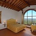Romantisches Zimmer mit Blick ueber das Tal im Landhaus Villa I Sette Borghi in der Toskana.