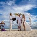 Trauungszeremonie einer freien Trauung am Strand von Mauritius.
