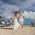 Tanzendes Brautpaar am Strand von Mauritius mit Sega-Band im Hintergrund.