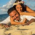 Braut und Bräutigam liegen im Sand am Strand auf Mauritius.