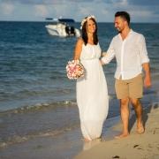 Brautpaar geht am Strand spazieren auf Mauritius.