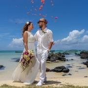 Verliebtes Brautpaar am Strand vom Cap Malheureux in Mauritius.