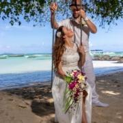Brautpaar auf Schaukel am Cap Malheureux in Mauritius.