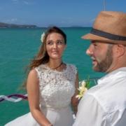 Brautpaar bei Trauung auf dem Katamaran vor der Küste von Mauritius.