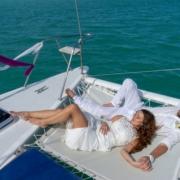 Verliebtes Brautpaar liegt nach Hochzeit im Netz vom Katamaran in Mauritus.