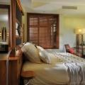Juniorsuite mit Blick in das Badezimmer im 5-Sterne Hotel Trou aux Biches Mauritius Beachcomber.