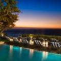 Die Poolterrasse mit Blick auf die Bucht am Abend im 4-Sterne Hotel Twelve Apostel in Suedafrika.