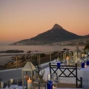 Die beeindruckende Aussicht auf den Berg und die Bucht von der Terrasse des Azure Restaurants im 4-Sterne Hotel Twelve Apostel in Suedafrika.