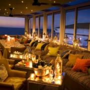 Restaurant und Bar am Abend mit Blick auf die Bucht im 4-Sterne Hotel Twelve Apostel in Suedafrika.