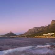 Das 4-Sterne Hotel Twelve Apostel in Suedafrika mit Blick ueber die Bucht.