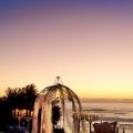 Geschmueckter Hochzeitspavillion am Abend im Fynbos Garden des 4-Sterne Hotels Twelve Apostel in Suedafrika.