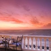 Terrasse der Leopard Bar im 4-Sterne Hotel Twelve Apostel in Suedafrika bei Sonnenuntergang.