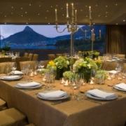 Gedeckte Tische am Abend im Lions Head Room im 4-Sterne Hotel Twelve Apostel in Suedafrika mit Blick auf die Berge.
