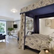 Zimmer mit Bergblick im 4-Sterne Hotel Twelve Apostel in Suedafrika.