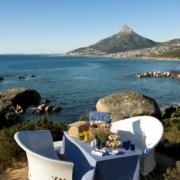 Geschmückter Tisch über der Bucht des 4-Sterne Hotels Twelve Apostel in Suedafrika
