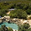 Aussenpool mit Felsen umgeben im 4-Sterne Hotels Twelve Apostel in Suedafrika.