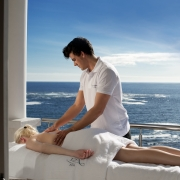 Massagebehandlung im Spa im 4-Sterne Hotels Twelve Apostel in Suedafrika.
