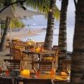 Gedeckte Tische zum Abendessen im 4-Sterne Victoria Beachcomber Resort und Spa auf Mauritius.