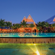 Grosser Pool mit Blick auf das Meer im 4-Sterne Victoria Beachcomber Resort und Spa.
