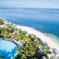 Luftaufnahme des 4-Sterne Victoria Beachcomber Resort und Spa mit Pool und langem weissem Sandstrand.