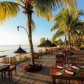 Restaurantterrasse direkt am Strand mit Palmen im 4-Sterne Victoria Beachcomber Resort und Spa.