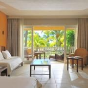 Superior First Floor im Victoria Beachcomber Resort und Spa. Aufnahme des Innenbereichs mit Blick in den Garten.