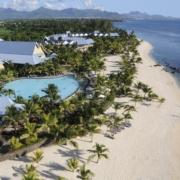 Luftaufnahme des 4-Sterne Victoria Beachcomber Resort & Spa auf Mauritius. Breiter weißer Sandstrand, udn Pool, die Moka Berge im Hintergrund.
