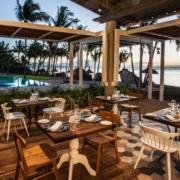 Blick vom Restaurant auf den Pool in der Abendstimmung im 4-Sterne adult-only Hotel Victoria For2 auf Mauritius.