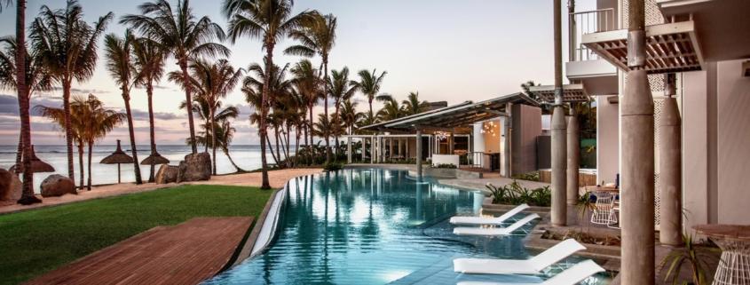 Der Pool im 4-Sterne adult-only Hotel Victoria For 2 auf Mauritius in der Abendstimmung.