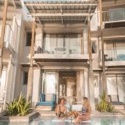 Junges Paar im Pool direkt vor der Zimmerterrasse im 4-Sterne adult-only Hotel Victoria For 2 auf Mauritius.