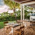 Tische im Sand mit Odtimer Austin Minor im 4-Sterne adult-only Hotel Victoria For 2 auf Mauritius.